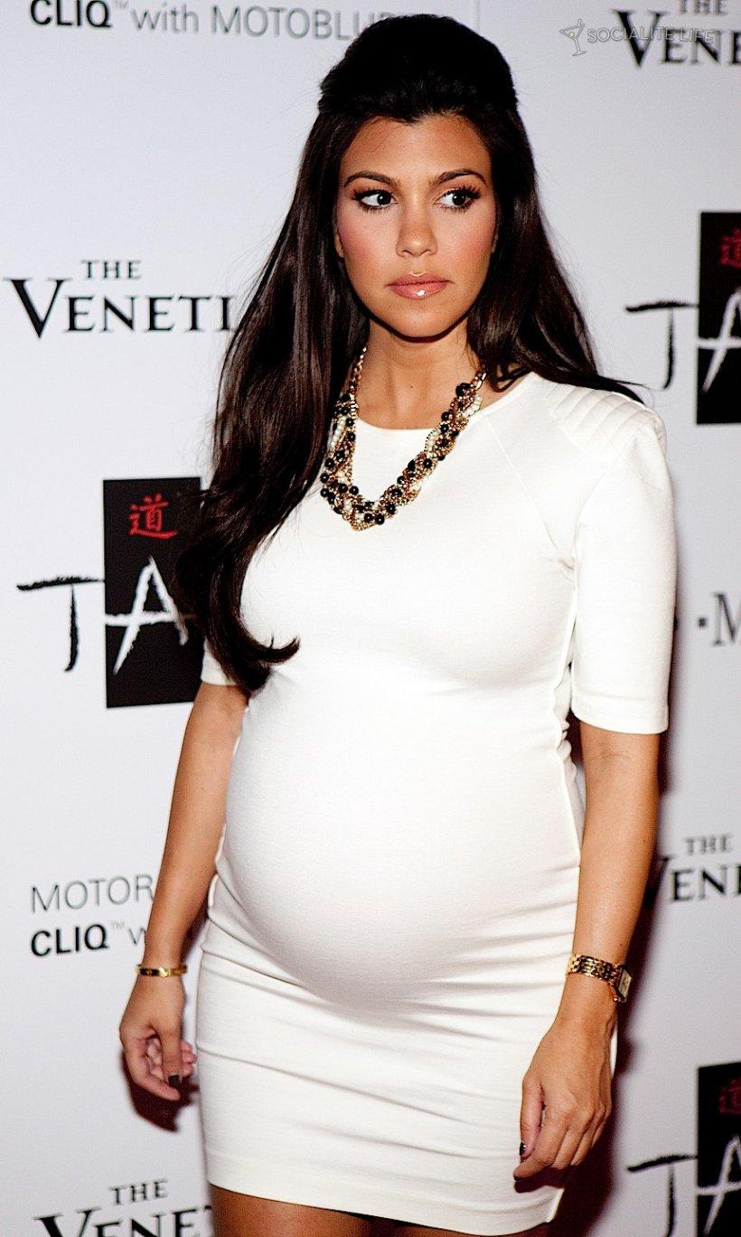 Pregnant Kourtney Kardashian poses nude in photoshoot ...